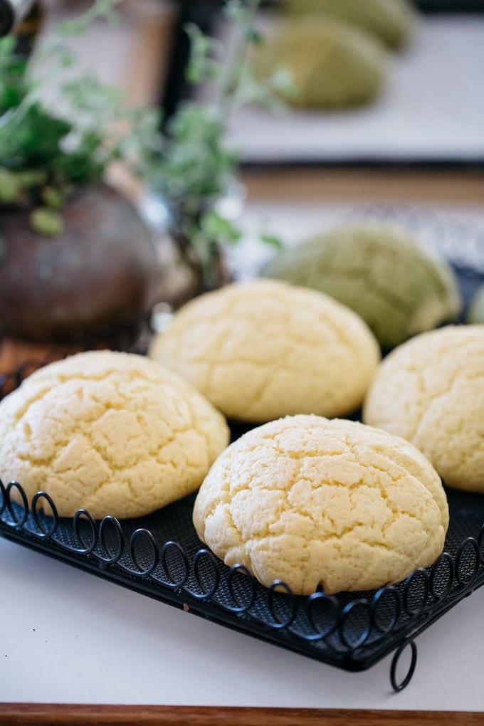 6 melon pans on black cooling lack