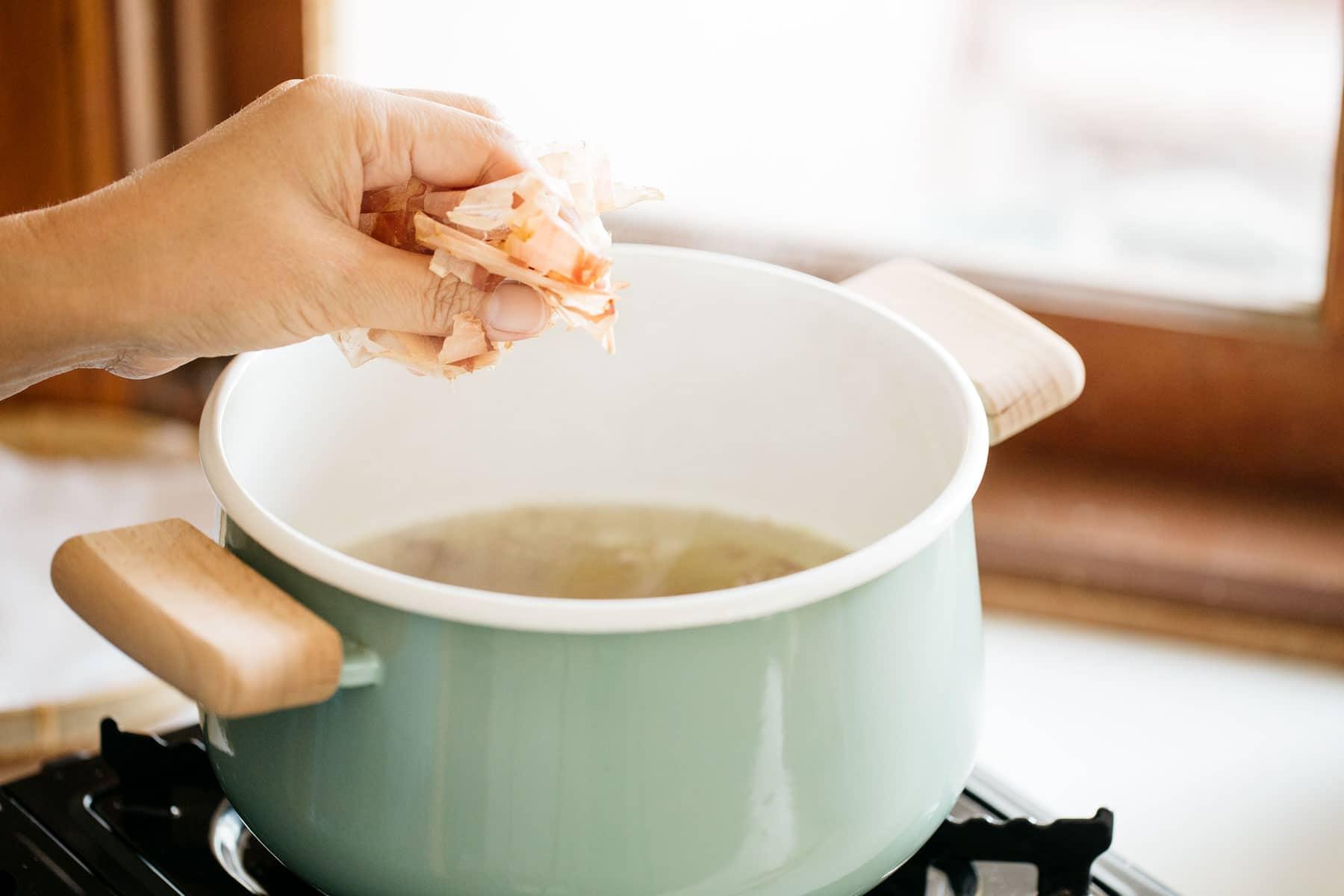 making dashi stock from bonito flake