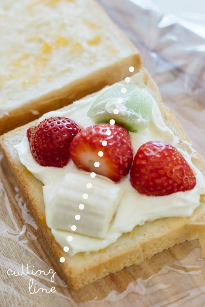 fruit sandwich, fruit pieces are layouted on a bread