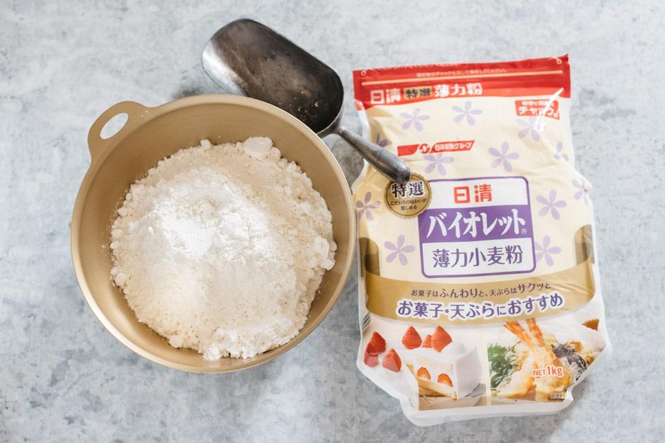 A plain flour packet and it's flour in a bowl