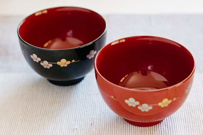 two Japaneses lacquered soup bowl one in red on the right and one in black on the left